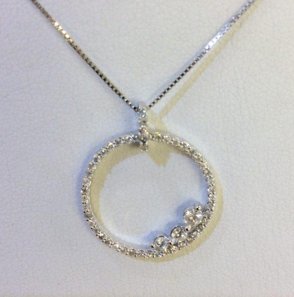 Diamond pendant necklace in white gold