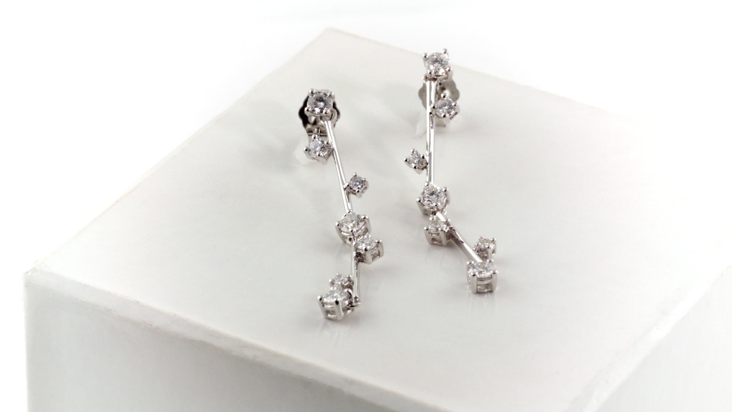 Diamond earrings in 14K white gold.
