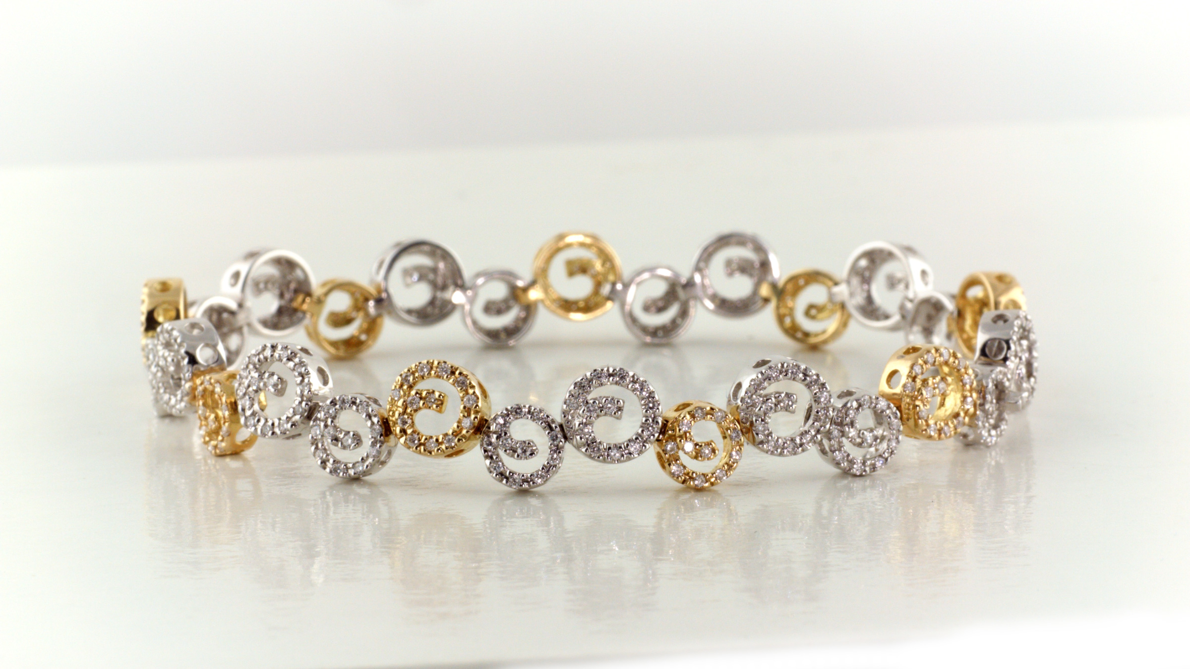 Diamond bracelet in 18K yellow and white gold.